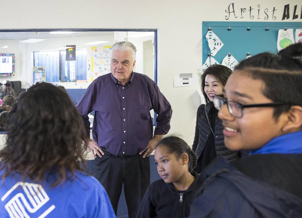 El gobernador electo Steve Sisolak, a la izquierda, y su esposa Kathy Sisolak recorrieron los Clubes de Niños y Niñas del Sur de Nevada el jueves 3 de enero de 2019 en Las Vegas. Benjamin Hager ...