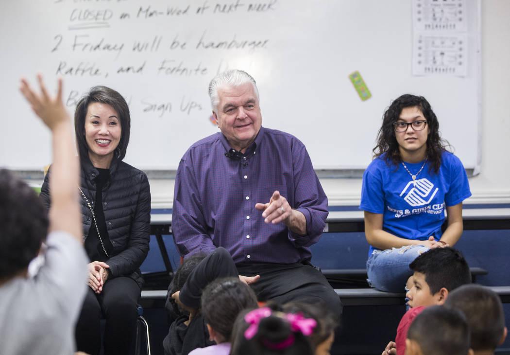 Kathy Sisolak, izquierda, la gobernadora electa Steve Sisolak y la embajadora de los Boys & Girls Clubs, Natalia Ostorga, responden preguntas durante una visita a los Boys & Girls Clubs del sur de ...