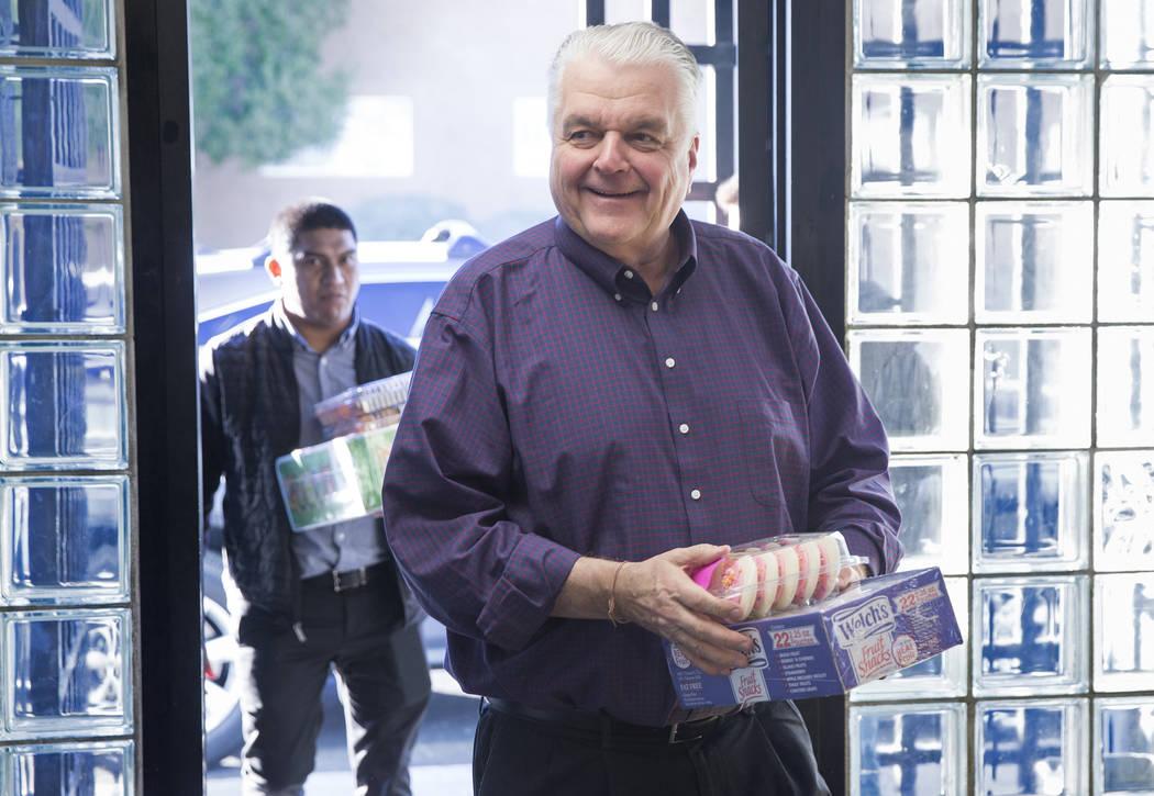 El gobernador electo Steve Sisolak ingresa a los Boys & Girls Clubs del sur de Nevada con cupcakes durante un recorrido por las instalaciones el jueves 3 de enero de 2019, en Las Vegas. Benjamin H ...