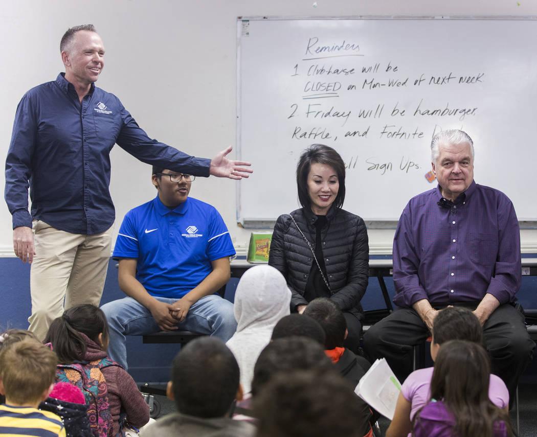El CEO de Boys & Girls Clubs, Andy Bischel, a la izquierda, presenta al gobernador electo Steve Sisolak y su esposa Kathy Sisolak durante una visita a los Boys & Girls Clubs del sur de Nevada el j ...