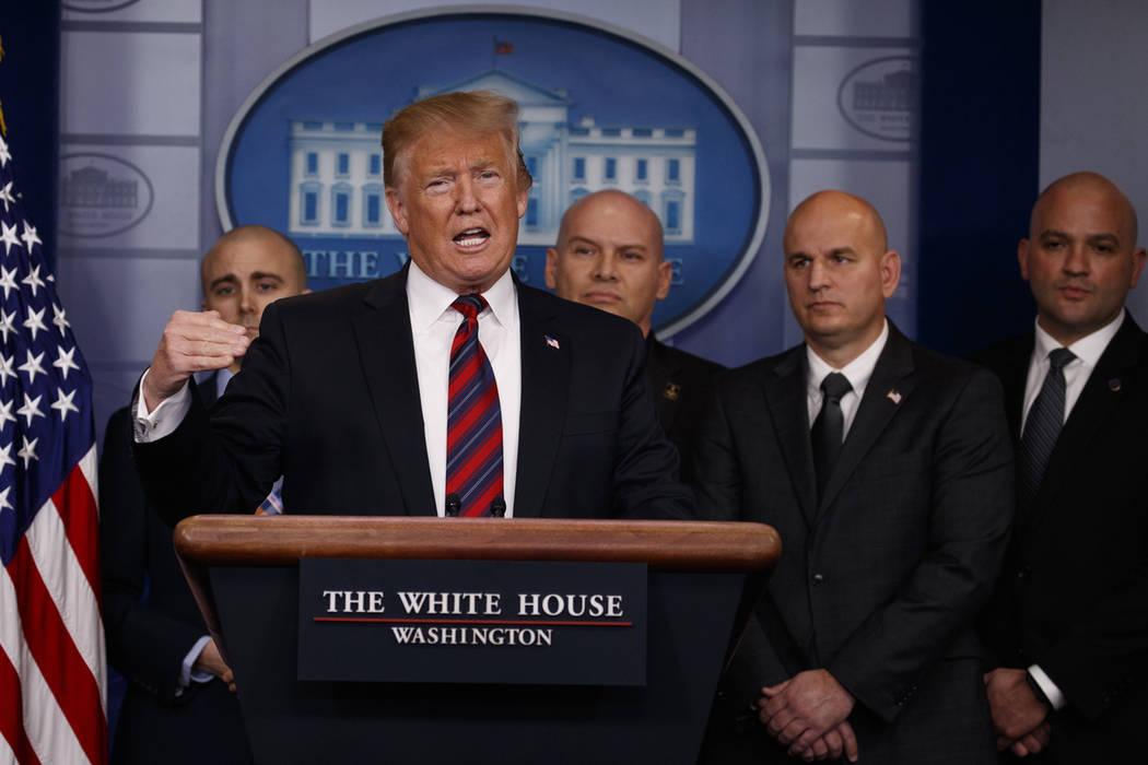 El presidente Donald Trump habla a los periodistas sobre la seguridad fronteriza en la sala de reuniones informativas de la Casa Blanca, el jueves 3 de enero de 2019, en Washington. (Foto AP / Eva ...