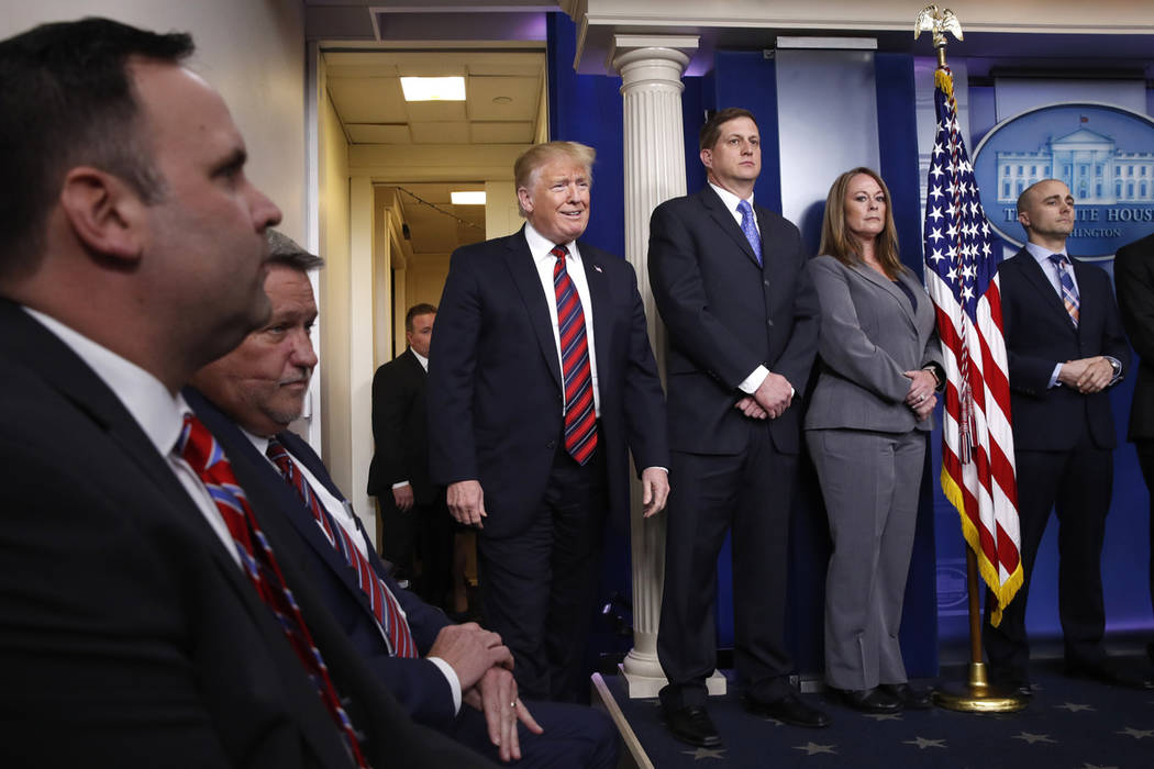El presidente Donald Trump llega en una aparición sorpresa para hablar sobre la seguridad fronteriza, el jueves 3 de enero de 2019, en la sala de reuniones de la Casa Blanca en Washington. (Foto ...
