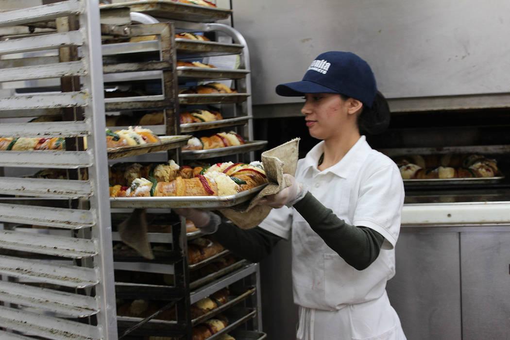De forma artesanal, se cocina cada rosca por panaderos. Sábado 5 de enero de 2019 en La Bonita. Foto Cristian De la Rosa / El Tiempo - Contribuidor.