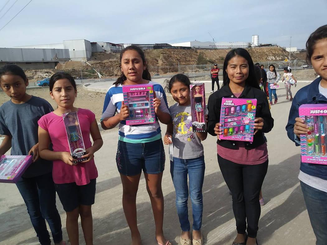 Xenia Gómez, repartió 2 mil regalos en Tijuana. [ Foto Cortesía de la Fundación Naciones Unidas Corazón de Plata ]