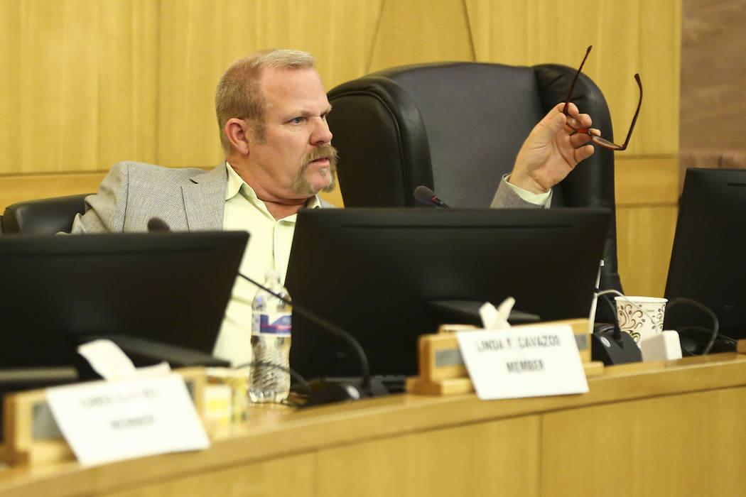 Kevin Child, fideicomisario del Distrito Escolar del Condado de Clark, reacciona durante un caso de liquidación que involucra al Superintendente Adjunto y Kim Wooden durante una reunión de la Me ...