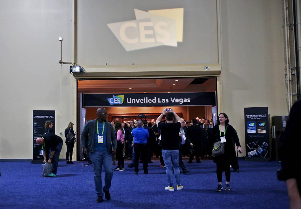 Los miembros de los medios de comunicación ingresan al evento del CES que precede a la mega conferencia de tecnología en Mandalay Bay en Las Vegas, el domingo 6 de enero de 2019. Rachel Aston La ...