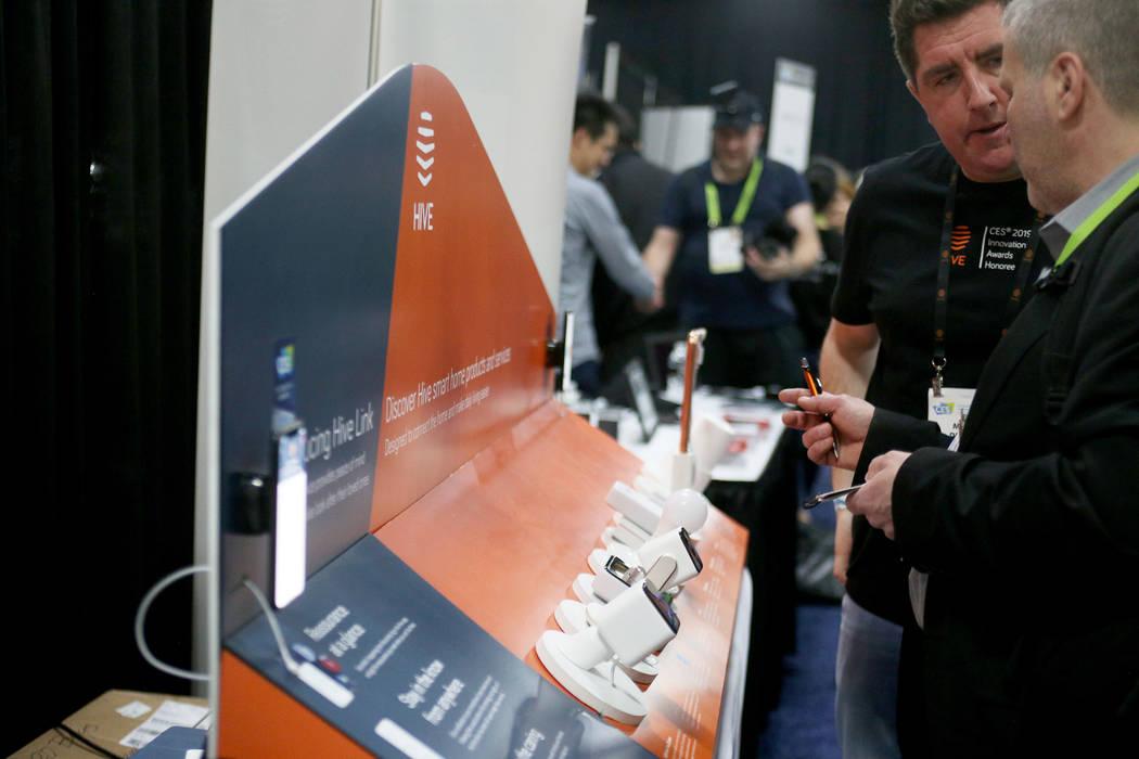 Diferentes dispositivos que forman parte de la línea de productos Hive en el evento CES dio a conocer para los medios que precedieron a la mega conferencia tecnológica en Mandalay Bay en Las Veg ...