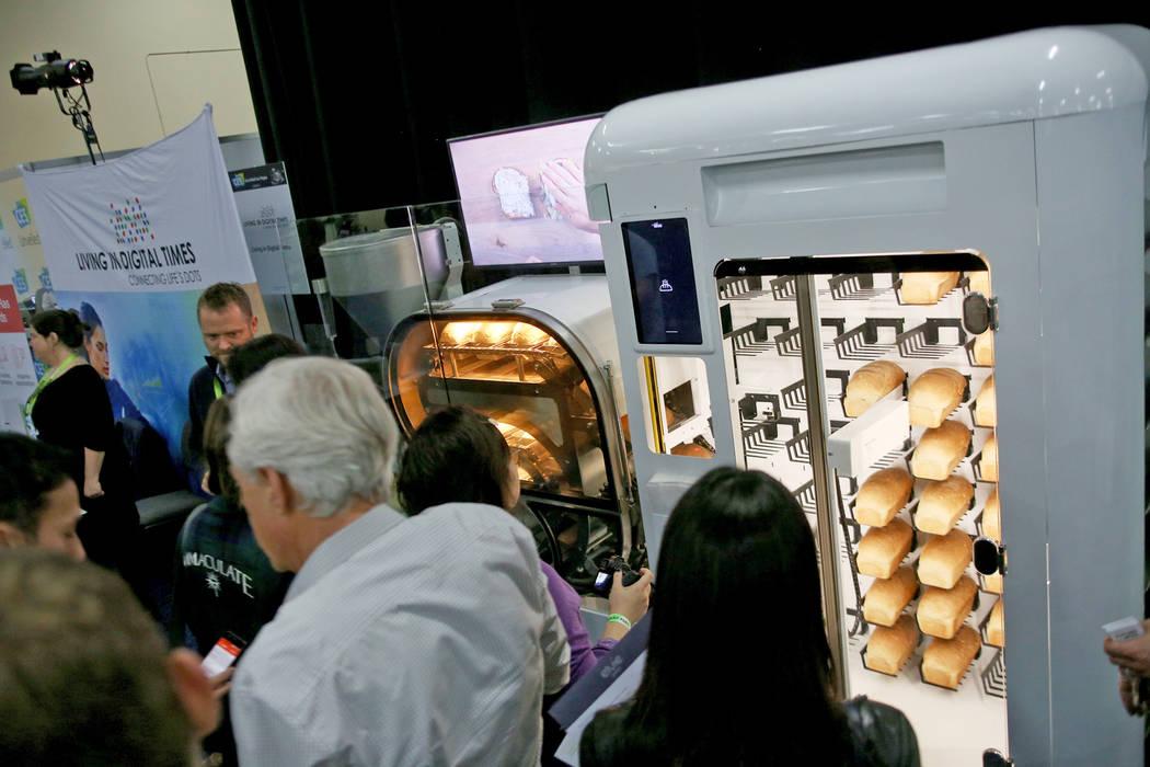 Una máquina de pan totalmente automatizada llamada Bread Bot, que crea pan de masa a pan horneado, en exhibición en el evento CES Unveiled para los medios que preceden a la mega conferencia de t ...