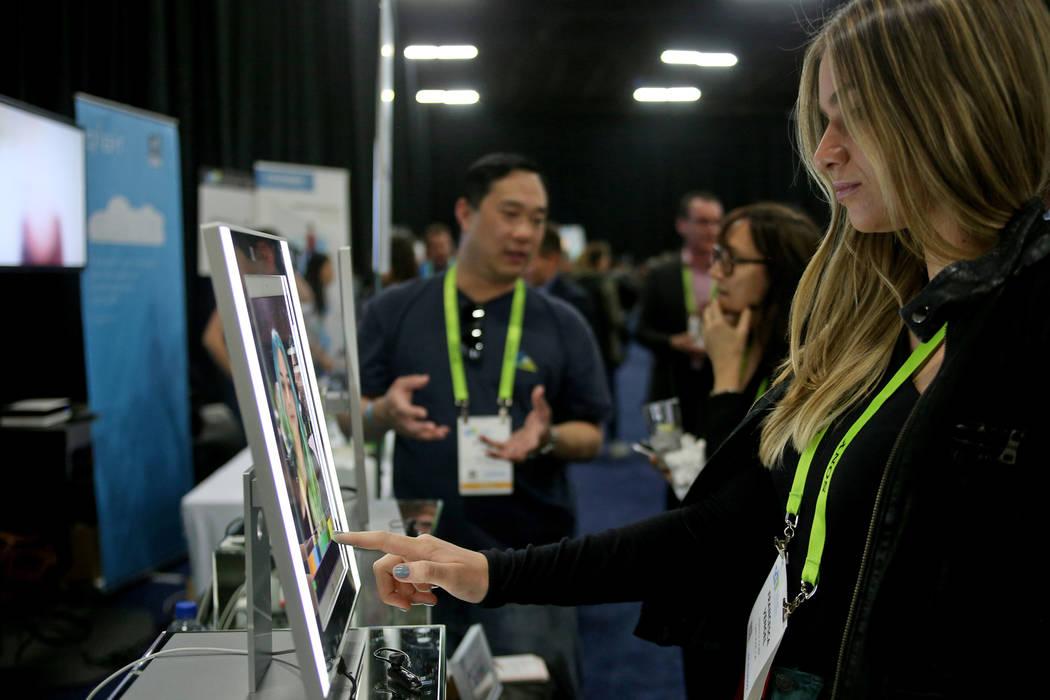 Francesca Vengel usa la aplicación de maquillaje YouCam de Perfect Corp. para cambiar su maquillaje en el evento CES Unveiled para los medios que preceden a la mega conferencia de tecnología en ...