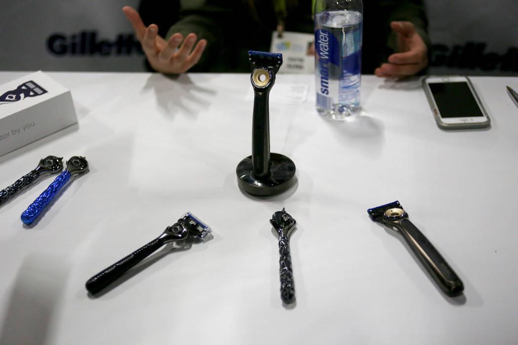 El stand para Gillette muestra los diseños donde los clientes pueden diseñar completamente las navajas de afeitar que usan, en exhibición en el evento CES Unveiled para los medios que preceden ...