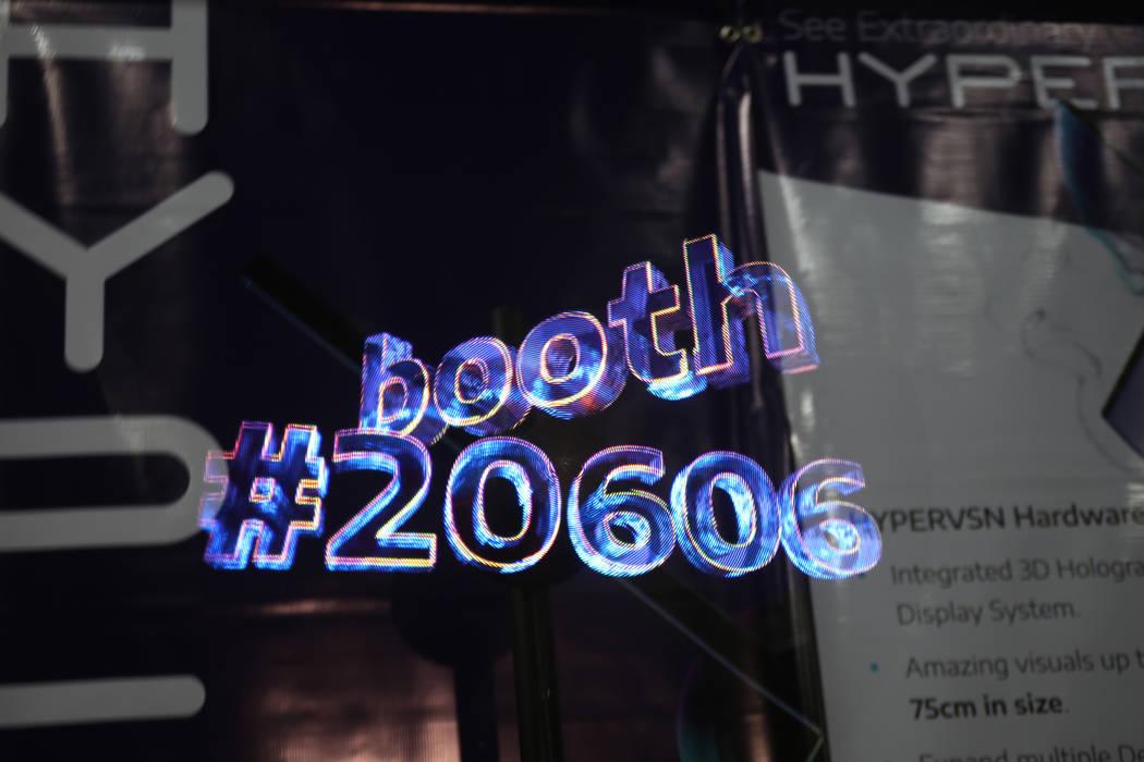 Una pantalla holográfica en 3D por HYPERVSN en el evento CES dio a conocer para los medios que precedieron a la mega conferencia tecnológica en Mandalay Bay en Las Vegas, domingo 6 de enero de 2 ...