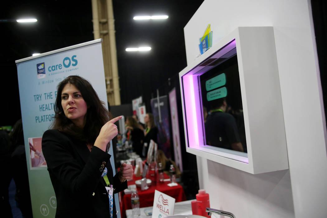Chloe Szulzinger habla a los medios sobre el espejo inteligente Artemis creado por CareOS en el evento CES Unveiled para los medios que precedieron a la mega conferencia tecnológica en Mandalay B ...