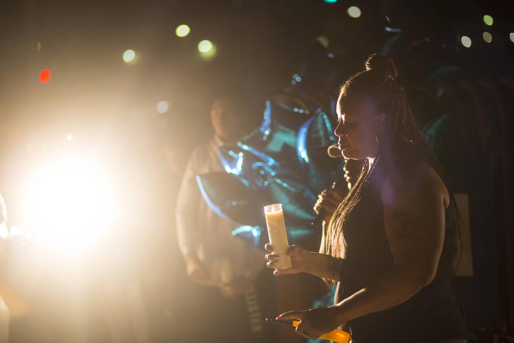 Annie Marshall sostiene una vela en memoria de su hijo, Dalvin Brown, durante un velorio en la preparatoria Canyon Springs en North Las Vegas el 13 de septiembre de 2018. Chase Stevens Las Vegas R ...