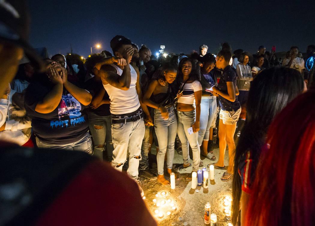 La gente se lamenta el 13 de septiembre de 2018, durante un velorio en memoria de Dalvin Brown, estudiante de Canyon Springs High School, quien fue asesinado a tiros afuera de la escuela de North ...