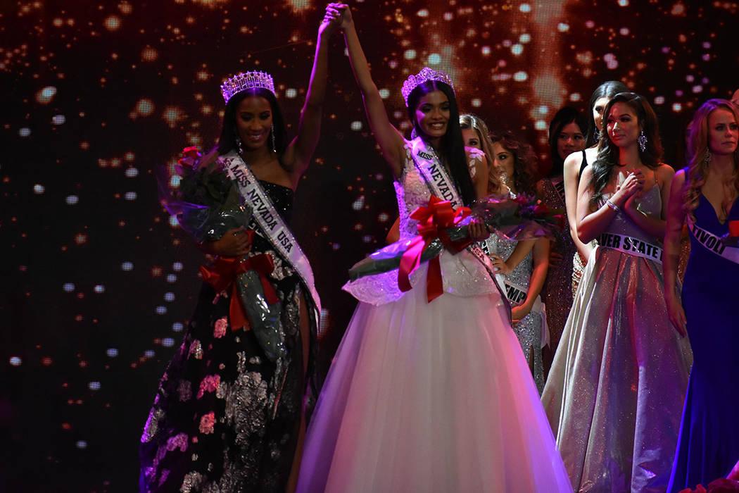 Miss Nevada USA Tianna Tuamoheloa y Miss Teen Nevada USA Erica Bonilla celebran sobre el escenario su triunfo en el certamen 2019. Domingo 6 de enero de 2019 en el casino South Point. Foto Anthony ...