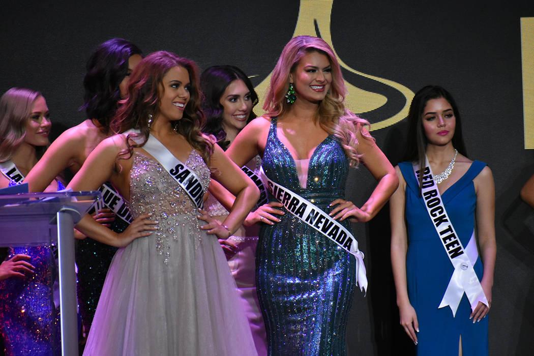 La representante de Miss Sierra Nevada Kaelyn Crede (centro) lució con gran presencia sobre el escenario. Domingo 6 de enero de 2019 en el casino South Point. Foto Anthony Avellaneda / El Tiempo.
