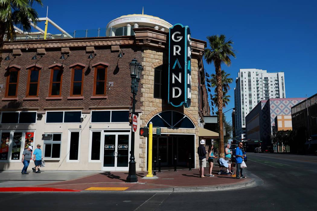 La gente camina a lo largo de 3rd Street cerca del hotel-casino Downtown Grand en Las Vegas el martes 15 de mayo de 2018. (Las Vegas Review-Journal)