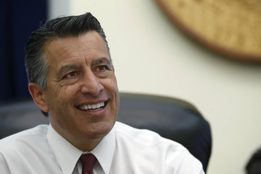 El gobernador de Nevada, Brian Sandoval, quien dejó una cita de por vida para el banco federal, mira hacia atrás a ocho años como Gobernador desde su oficina en el Capitolio, en Carson City, el ...