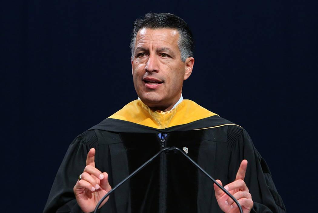 El gobernador Brian Sandoval hace comentarios durante la ceremonia de graduación de maestría de la Universidad Western Governors de Nevada en el Thomas & Mack Center el sábado 2 de junio de 201 ...