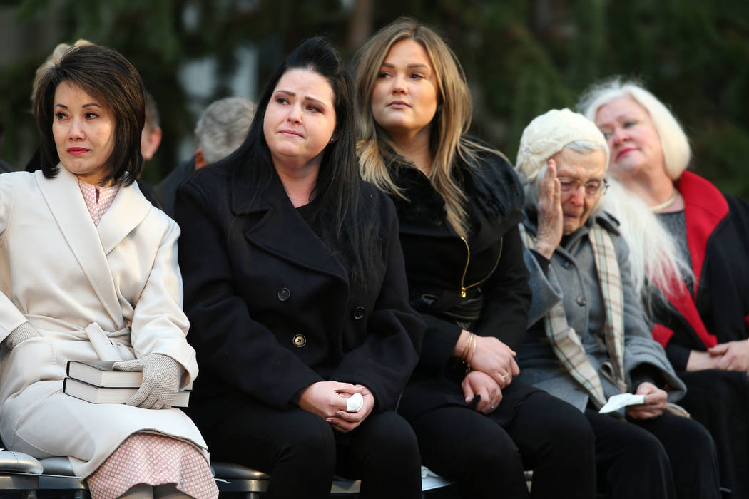 Desde la izquierda, la esposa del gobernador Steve Sisolak, la primera dama Kathy Sisolak, las hijas Ashley Sisolak, Carley Sisolak, su madre Mary Sisolak y su hermana Sue Sisolak escuchan con emo ...
