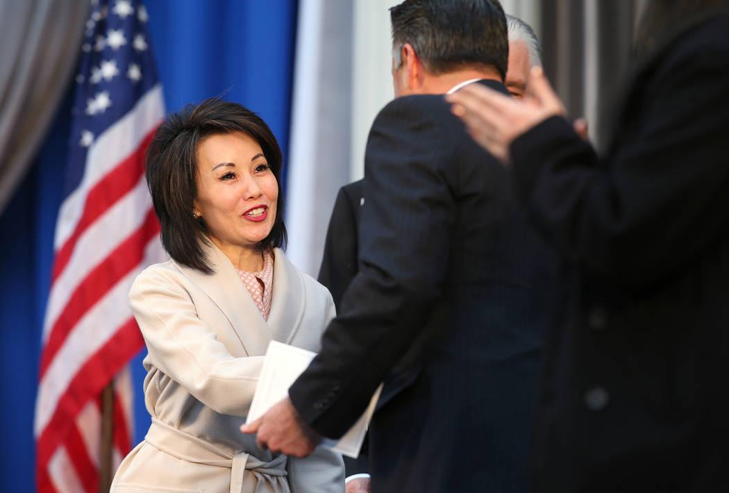 La primera dama de Nevada, Kathy Sisolak, saluda al ex gobernador Brian Sandoval en el Capitolio, en Carson City, Nevada, el lunes 7 de enero de 2019. (Cathleen Allison / Las Vegas Review-Journal)