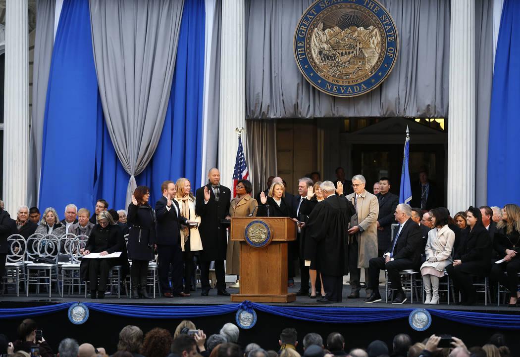 El presidente del Tribunal Supremo de Nevada, James Hardesty, presta juramento a los oficiales constitucionales, desde la izquierda, a la controladora Catherine Byrne, al tesorero Zach Conine, al ...