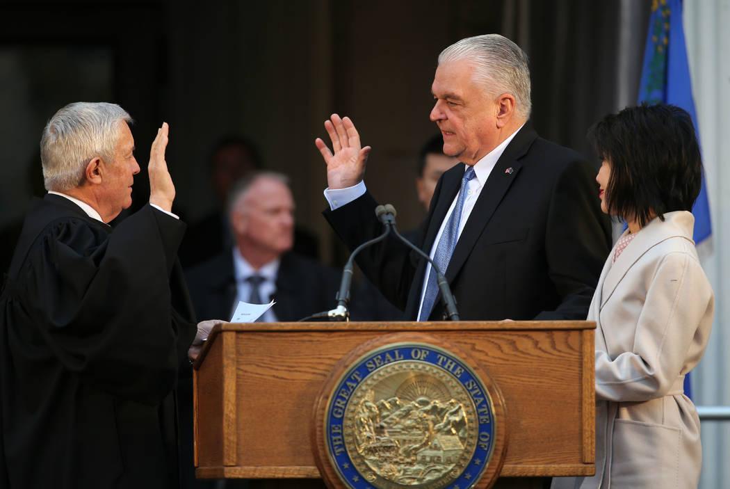 Cientos de personas asisten a la inauguración del gobernador de Nevada Steve Sisolak en el Capitolio, en Carson City, Nevada, el lunes 7 de enero de 2019. El ex gobernador Brian Sandoval está a ...