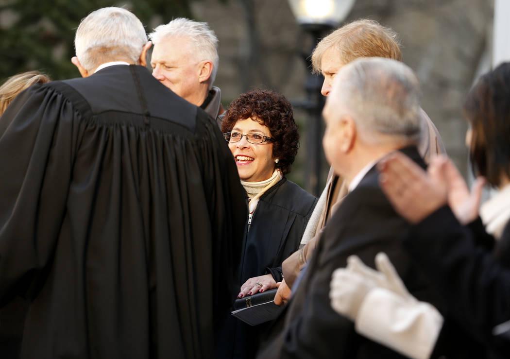 El presidente del Tribunal Supremo de Nevada, James Hardesty, felicita a la jueza Elissa Cadish, centro, después de que prestó juramento durante la inauguración en el Capitolio, en Carson City, ...