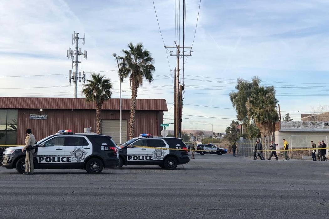 La policía de Las Vegas investiga un tiroteo fatal en la cuadra 5700 de Boulder Highway, cerca de Tropicana Avenue, el martes 8 de enero de 2019. (Rio Lacanlale / Las Vegas Review-Journal)