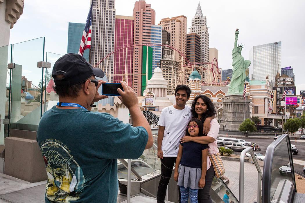 Ashish Mehta toma una foto de su esposa Ami y sus hijos Arnav, de 14 años, y Veda, de 7, en el Strip de Las Vegas. La familia estaba de visita desde Illinois. Patrick Connolly / Las Vegas Review- ...