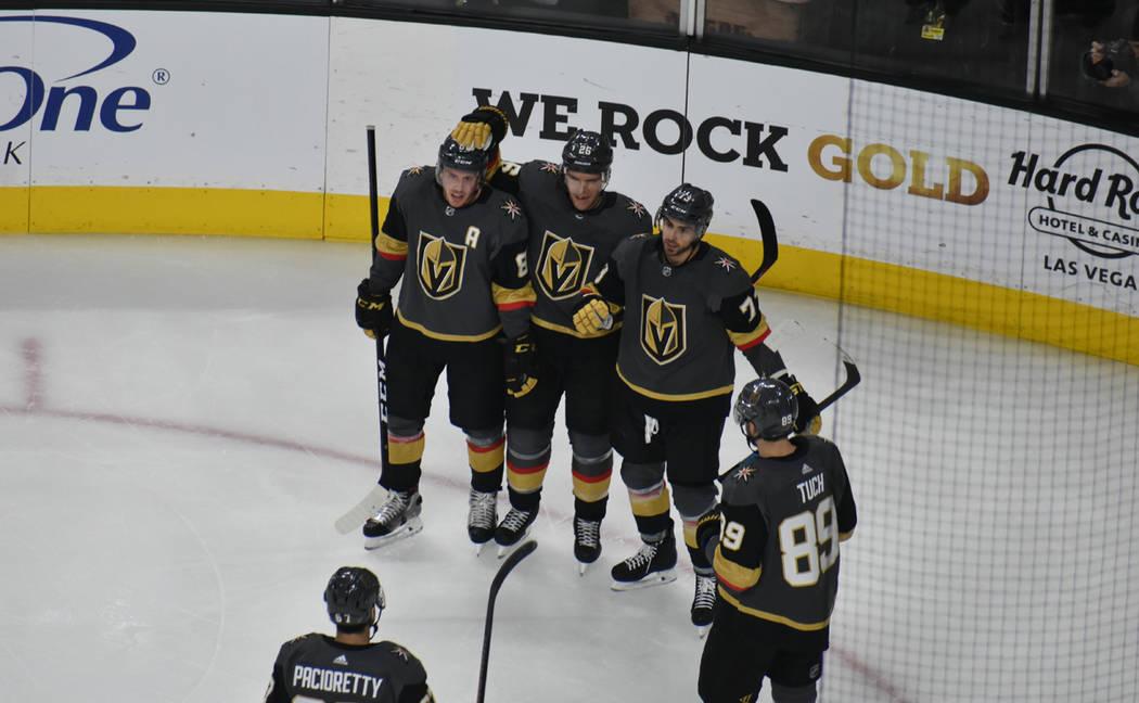 Los jugadores de Vegas Golden Knights celebran su segundo gol del partido, anotado por Brandon Pirri (77). Martes 8 de enero de 2019 en T-Mobile Arena. Foto Anthony Avellaneda / El Tiempo.