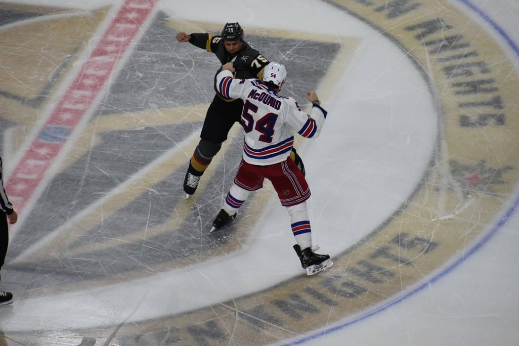 El jugador de los Golden Knights, Ryan Reaves (75) y el defensor de los Rangers, Adam McQuaid (54), pelean durante el tercer periodo de un juego de la NHL disputado en Las Vegas. Reaves ganó el c ...