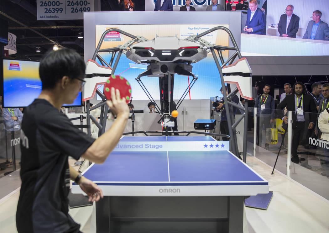 El robot Forpheus de OMRON juega contra un expositor en un juego de tenis de mesa durante el primer día del CES 2019 el martes 8 de enero de 2019, en el Centro de Convenciones de Las Vegas. El ev ...