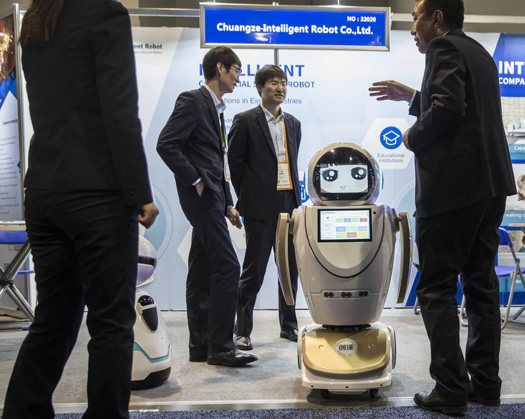 El robot inteligente Chuangze cautiva a los asistentes de la convención durante el primer día del CES 2019 el martes 8 de enero de 2019, en el Centro de Convenciones de Las Vegas. El evento tecn ...