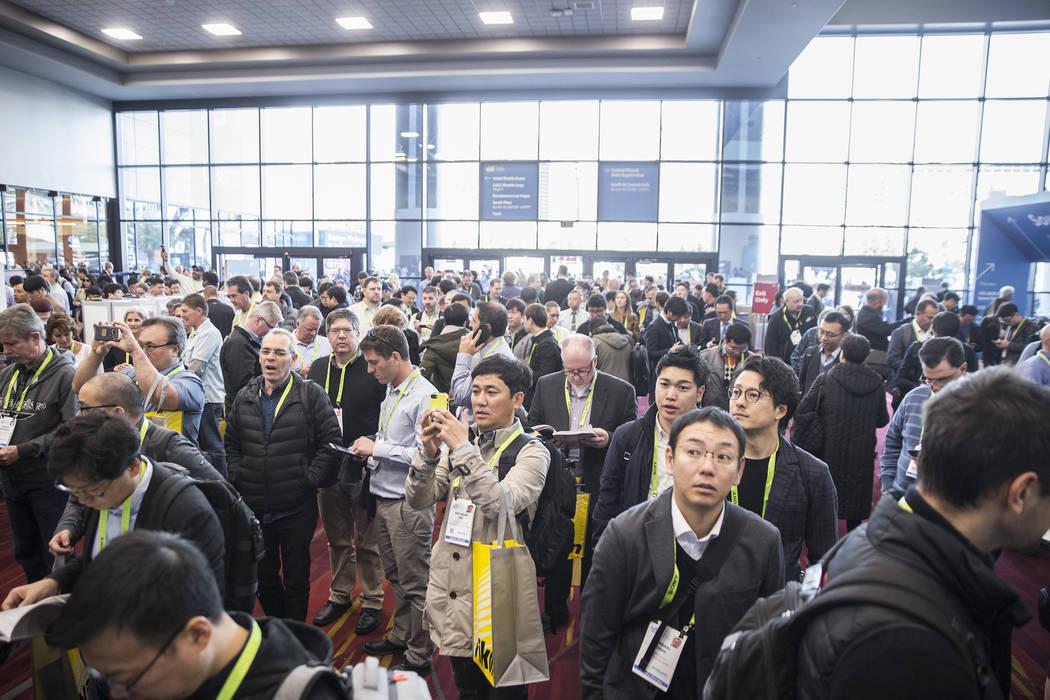 El vestíbulo del South Hall está atascado mientras la gente espera que las puertas se abran durante el primer día del CES 2019 el martes 8 de enero de 2019, en el Centro de Convenciones de Las ...