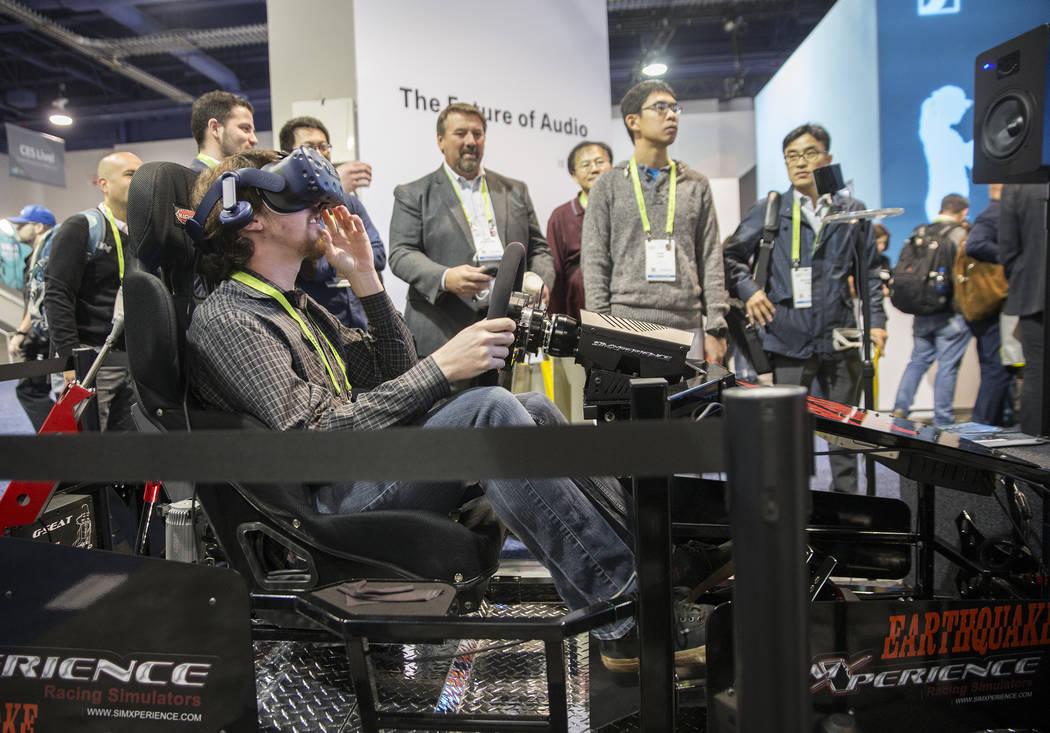 Mark Giambone explora el videojuego de realidad virtual Earthquake Experience durante el primer día del CES 2019 el martes 8 de enero de 2019, en el Centro de Convenciones de Las Vegas, en Las Ve ...