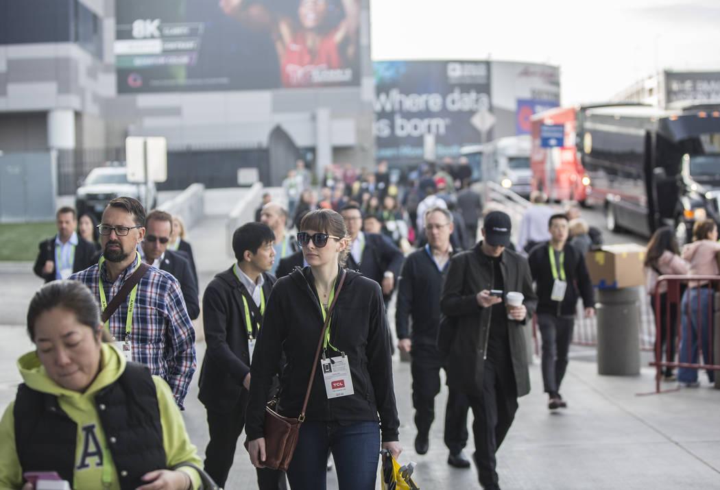 Las aceras fuera del Centro de Convenciones de Las Vegas se llenan durante el primer día del CES 2019 el martes 8 de enero de 2019, en Las Vegas. El evento tecnológico de cuatro días reúne a m ...