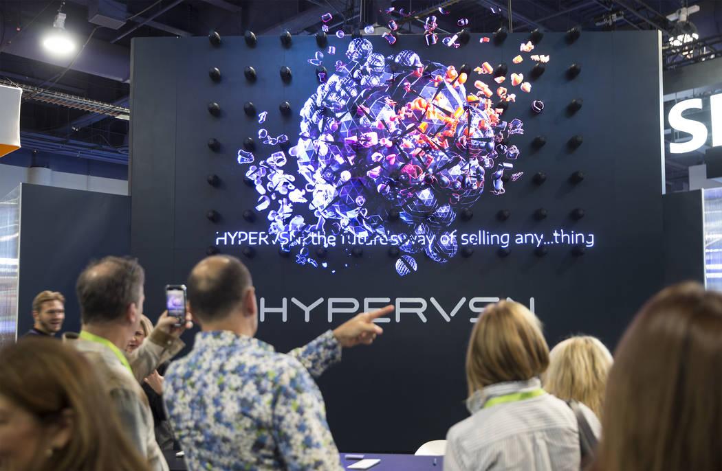 Los asistentes a la convención exploran la pantalla holográfica 3D de Hypervsn durante el primer día del CES 2019 el martes 8 de enero de 2019 en el Centro de Convenciones de Las Vegas, en Las ...