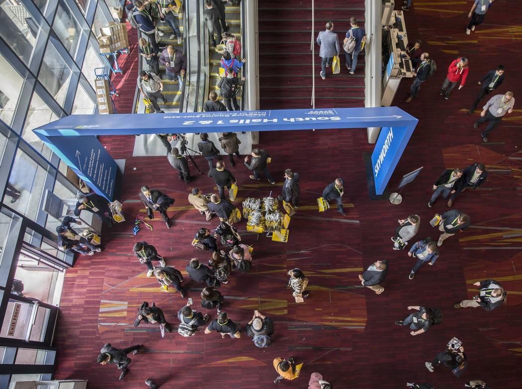 El lobby del South Hall está lleno el primer día del CES 2019 el martes 8 de enero de 2019, en el Centro de Convenciones de Las Vegas, en Las Vegas. El evento tecnológico de cuatro días reúne ...
