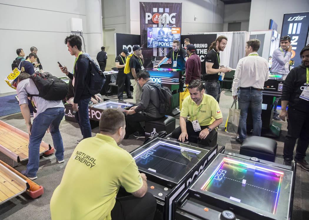 Los asistentes a la convención juegan Pong durante el primer día de CES 2019 el martes 8 de enero de 2019, en el Centro de Convenciones de Las Vegas, en Las Vegas. El evento tecnológico de cuat ...