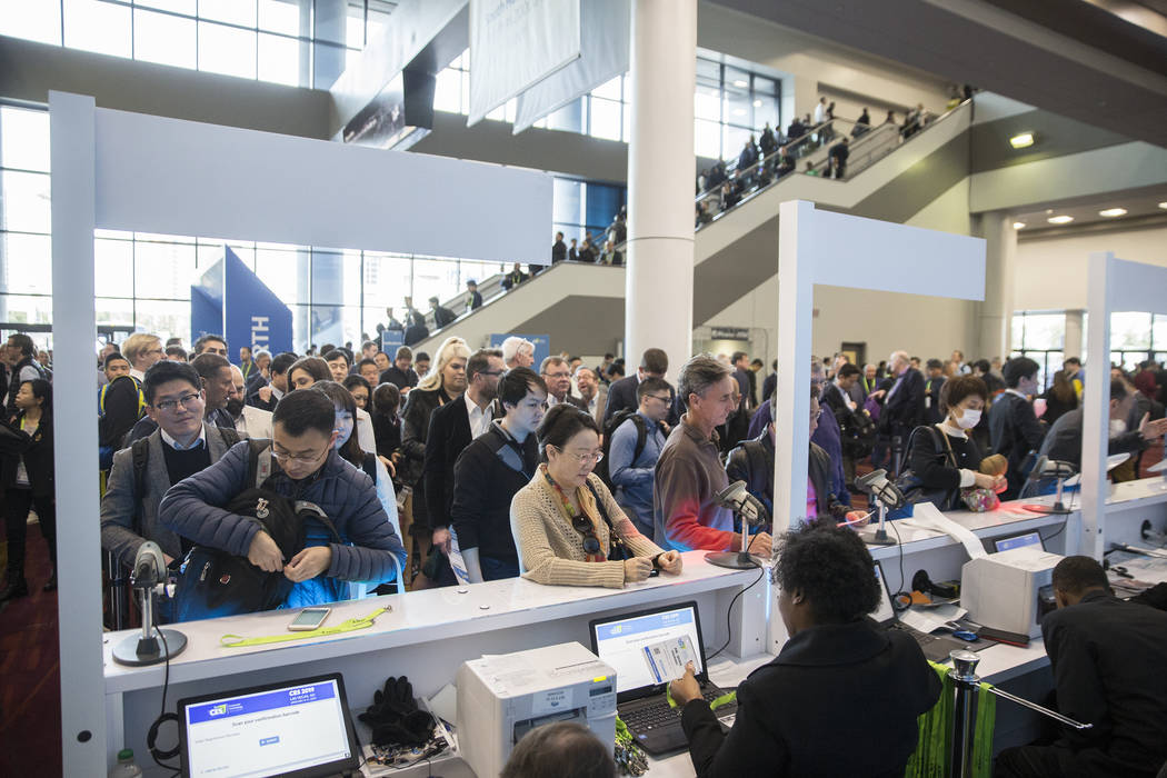 Las personas recogen sus credenciales en el South Hall durante el primer día del CES 2019 el martes 8 de enero de 2019, en el Centro de Convenciones de Las Vegas, en Las Vegas. El evento tecnoló ...