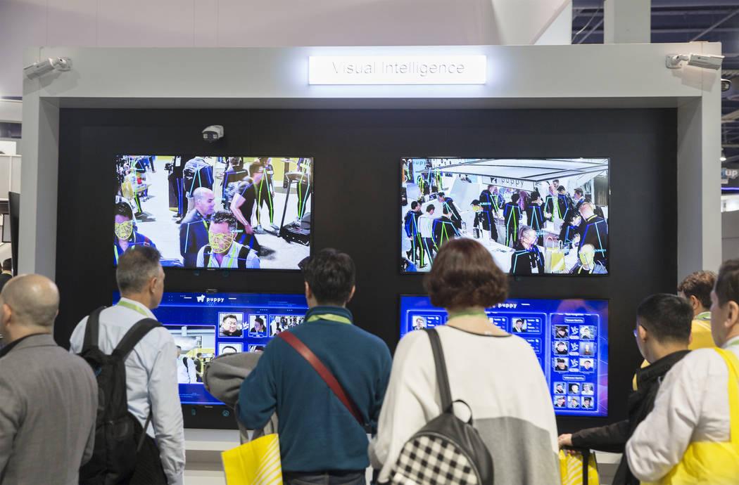 El software de inteligencia visual de reconocimiento facial registra y presenta a los asistentes a la convención durante el primer día del CES 2019 el martes 8 de enero de 2019, en el Centro de ...