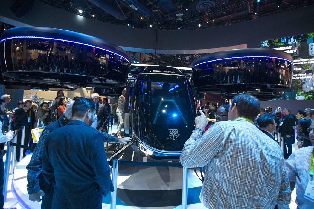 Los asistentes exploran el Bell Nexus, un concepto de taxi aéreo híbrido, que se exhibe en el primer día del CES en el Centro de Convenciones de Las Vegas en Las Vegas el martes 8 de enero de 2 ...