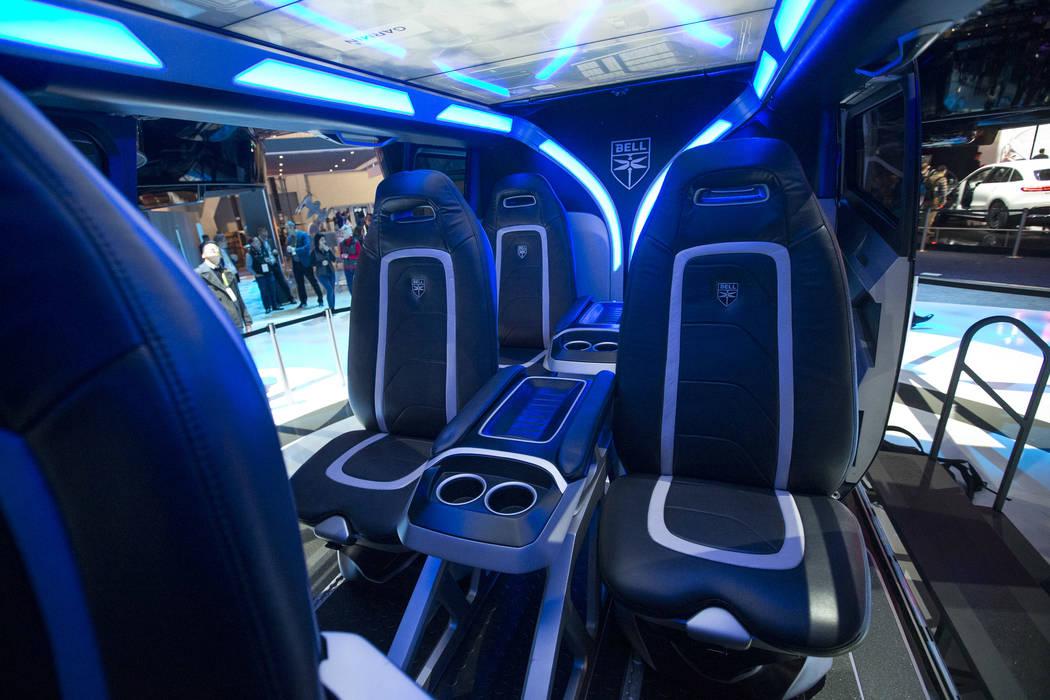 Los asientos de pasajeros del Bell Nexus, un concepto de taxi aéreo híbrido, se exhiben en el primer día del CES en el Centro de Convenciones de Las Vegas en Las Vegas el martes 8 de enero de 2 ...