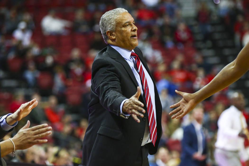 El entrenador en jefe de los UNLV Rebels, Marvin Menzies, se acerca a un jugador durante la segunda mitad de un partido de baloncesto contra Wyoming en el Thomas & Mack Center de Las Vegas el sáb ...