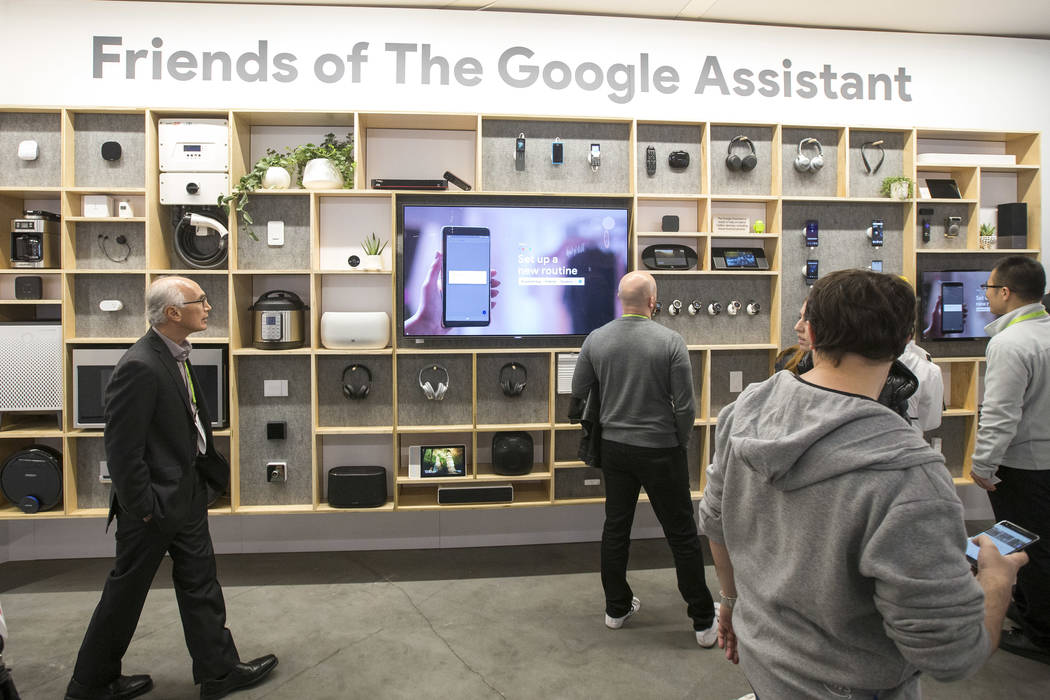 Los asistentes exploran los productos de Google en exhibición en el stand de Google el primer día del CES en el Centro de Convenciones de Las Vegas en Las Vegas el martes 8 de enero de 2019. Ric ...