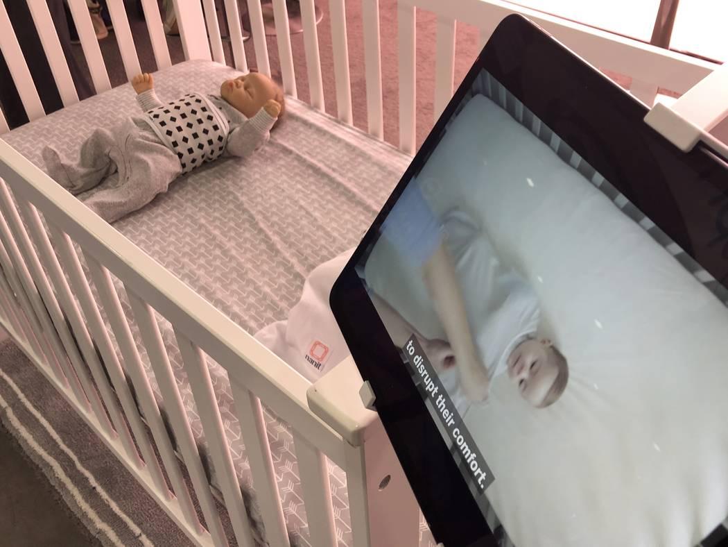 Una pantalla muestra la tecnología de la empresa de monitores para bebés Nanit el martes 8 de enero en el CES 2019. Las prendas de respiración estarán en el mercado en los EE.UU. Y Canadá en ...
