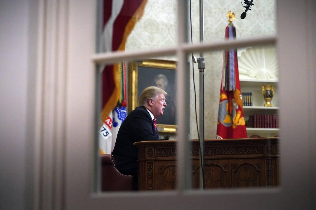 Visto desde una ventana afuera de la Oficina Oval, el presidente Donald Trump da un discurso en horario de máxima audiencia sobre seguridad fronteriza el martes 8 de enero de 2018, en la Casa Bla ...