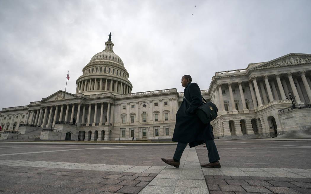 El Capitolio es visto mientras el cierre parcial del gobierno se tambalea en una tercer semana con el presidente Donald Trump firme en sus demandas de financiamiento en el muro fronterizo, en Wash ...