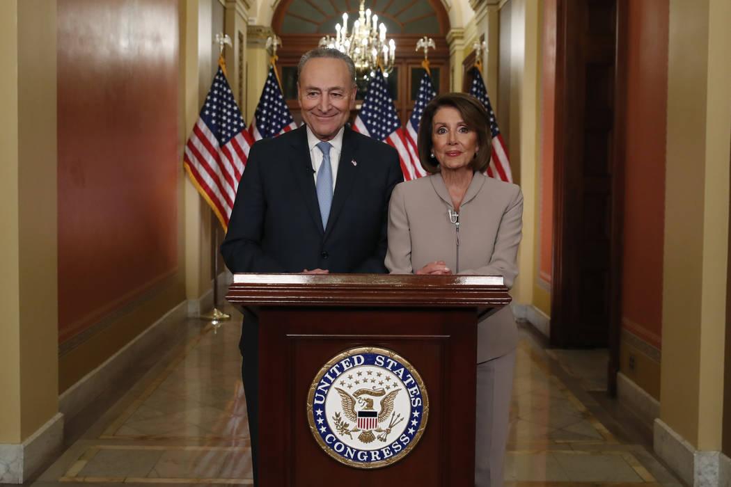 La presidenta de la Cámara de Representantes, Nancy Pelosi, de California, y el líder de la minoría del Senado, Chuck Schumer, de Nueva York, posan para los fotógrafos después de hablar en el ...